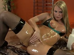 Harmony Rose oils up her sexy hot body all over