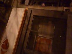 flash muestra mientras orina en la calle 9