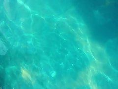 Mamma in swimming pool