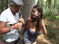 fille a gros seins baise dans les bois
