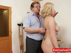 Chick gets pussy examined by older doctor