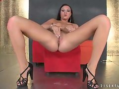 Sexy babe Natalie Forrest opens her pussy lips and gets herself off