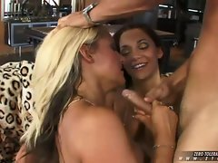 Malezia and Vanessa Gold gets orgasm together after a nice fuck