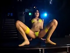 micro bikiny dance