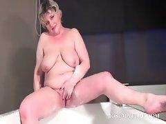 Mature bitch dildoes snatch in bathtub