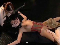 Sklavin wuerd von ihre Herin gefickt