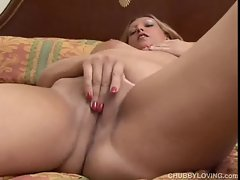 Gorgeous chubby blonde amateur lies back and plays with her