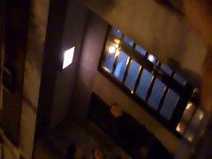 flash muestra mientras orina en la calle 6 (3 girls)