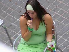 Chupando helado (licking an ice cream)