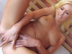 Victoria White blonde babe doing a hard finger blasting