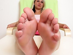Gorgeous blonde Kelly Candy foot fetish