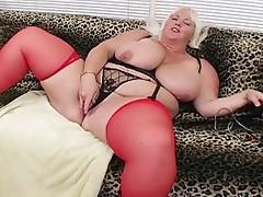 Plomper huge gal plays it good