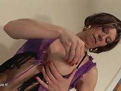 Kinky mama pleasuring not far from her wet pussy