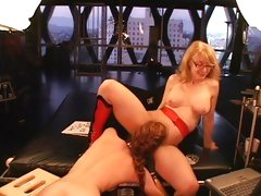 Tramp Justine Jolie licks out Nina Hartley's fur burger