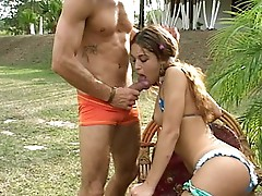 Tranny Victoria outdoor three-some
