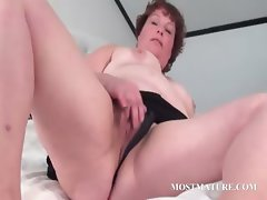 Mature chick masturbates her cunt in bed