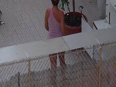 en bikini sur la terrase
