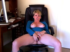 Sensual cougar Racquel Devonshire getting off.