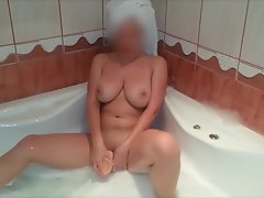 Romanian wifey and hubby have fun in the attractive bathtub