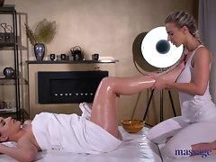 Rubdown Rooms Ellen Betsy thumbs and licks huge-boobed blondie