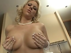 Busty blonde hoe Carolyn Reese rides massive fat dong