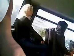 Un homme exhibitionniste se branle et ejacule en public -