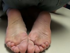 cum on mommy&amp,#039,s feet