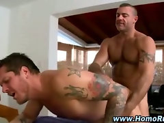 Amateur muscley gay gets off