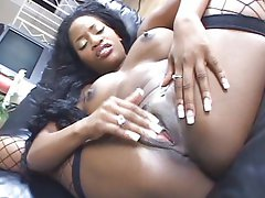 Sporty ebony pussy playing