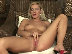 Rockin babe Vanessa Jordin thumping her fingers in her twat the way she craves