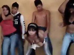 bailando reggeton y desnudandose