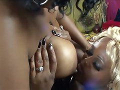 Lesbian bbbw do some pussy licking and toying