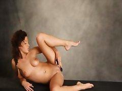 Curly brunett babe dildoing her snatch