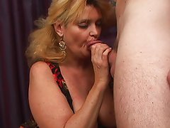 Mature mommie wants the dick