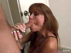Scorching Darla Crane slurps on this throbbing prick