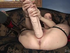 Raging brunette babe toy fucks her dripping nob nest