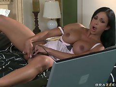 Jewels lusty chick on bed finger fuck hard