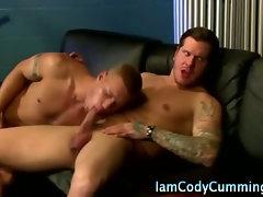 Check muscley hunk Cody Cummings