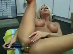 Bimbo blonde gives her ass a good toy fucking