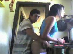 pendejo se coje a su prima mientras cocina